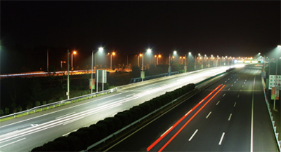 公路路灯为什么经常只有一边?